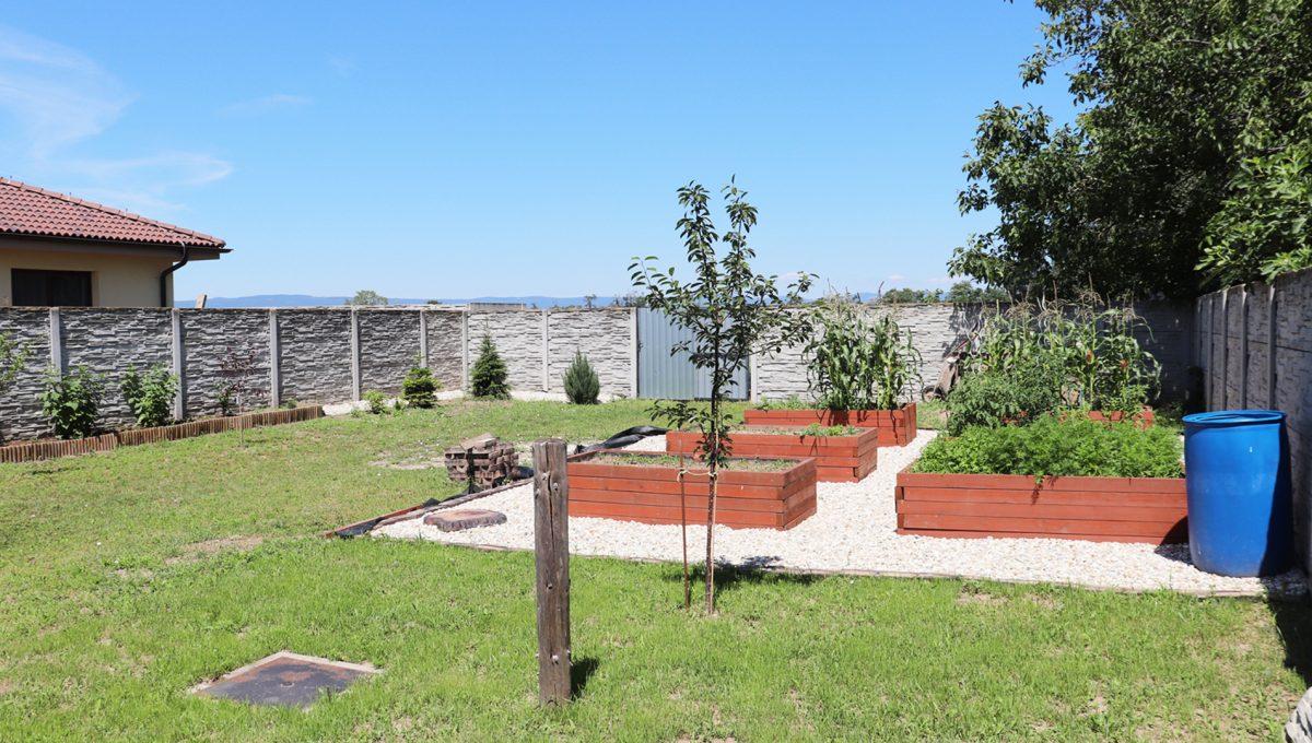 Nova Dedinka 36 krasny 5 izbovy rodinny dom na predaj s velkym pozemkom pohlad od letnej kuchynky na vysadbu v zahrade