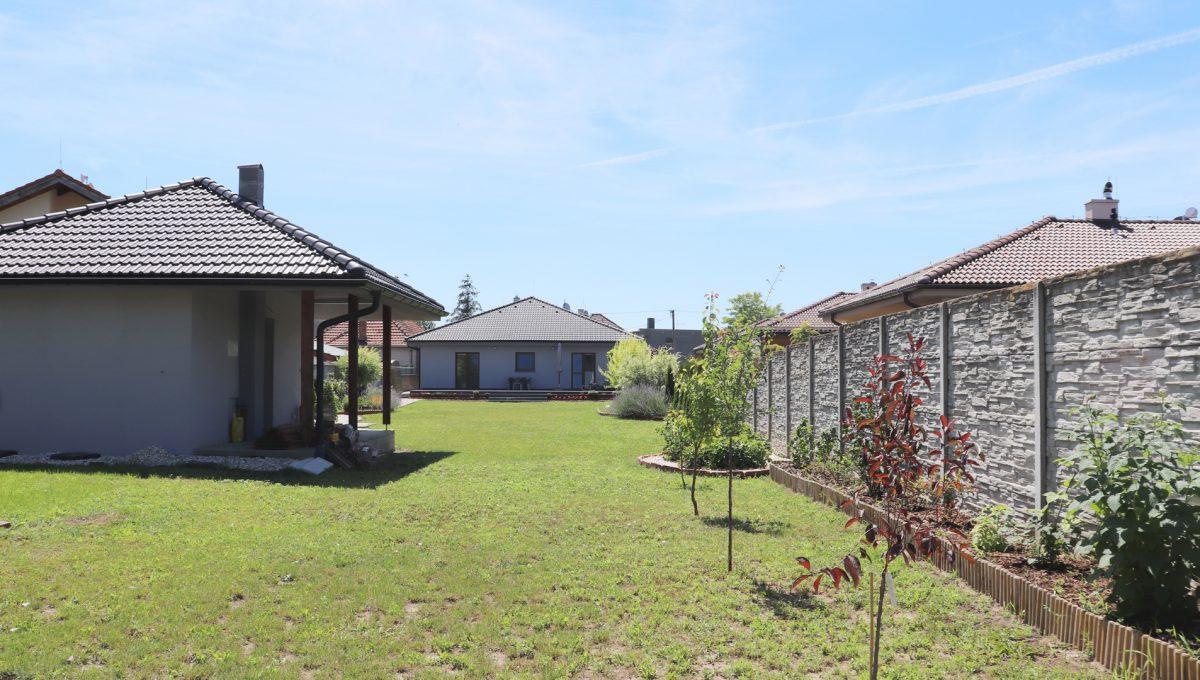 Nova Dedinka 38 krasny 5 izbovy rodinny dom na predaj s velkym pozemkom pohlad od konca zahrady s upravou na letnu kuchynku a dom