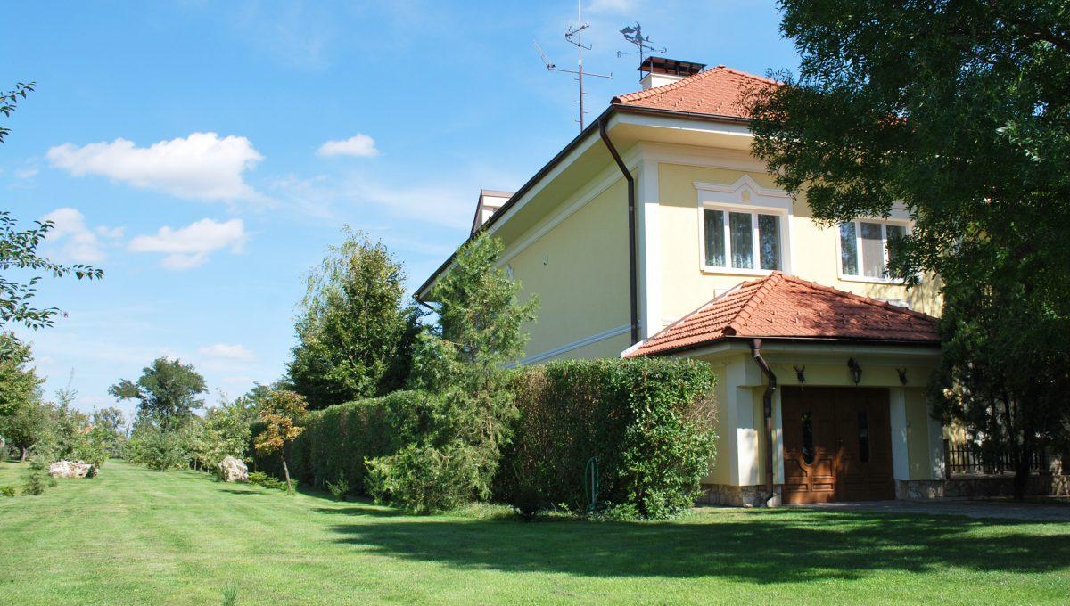 Olca 02 okres Komarno velka rodinna vila s velkym pozemkom a jazierkom pohlad na dom a cast pozemku