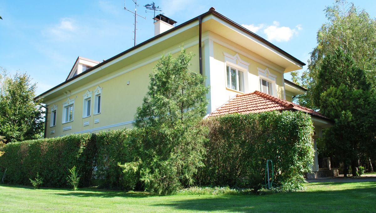 Olca 03 okres Komarno velka rodinna vila s velkym pozemkom a jazierkom pohlad na vilu