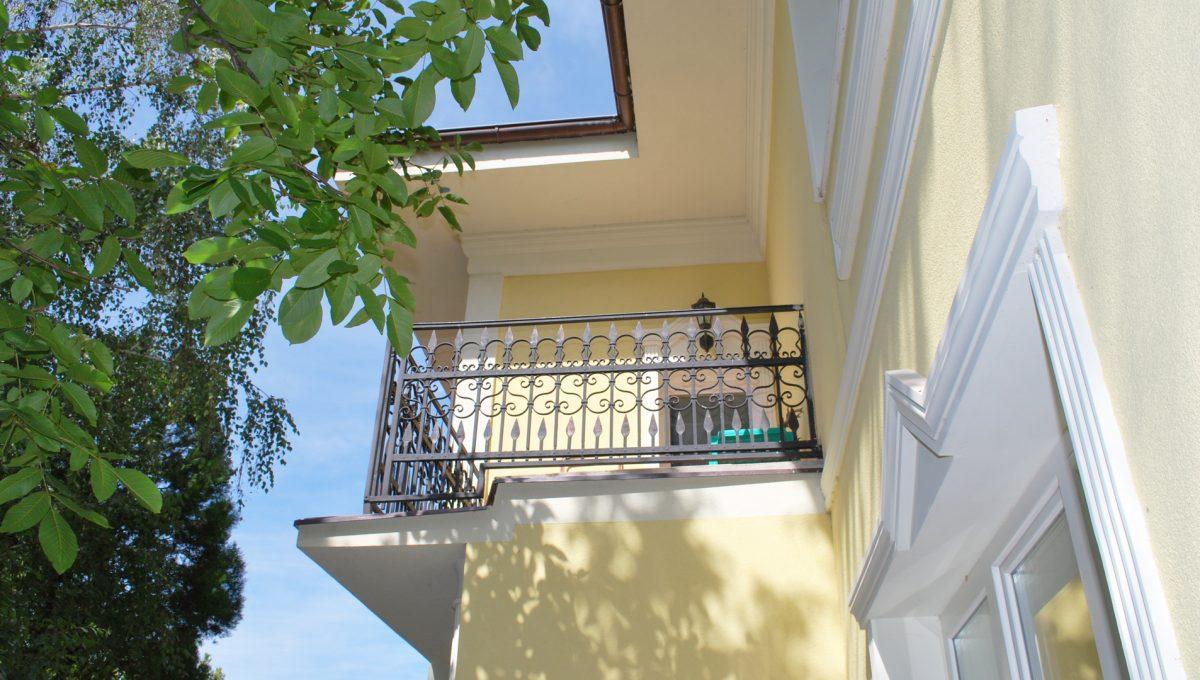 Olca 05 okres Komarno velka rodinna vila s velkym pozemkom a jazierkom pohlad na balkon zo spolocenskej miestnosti