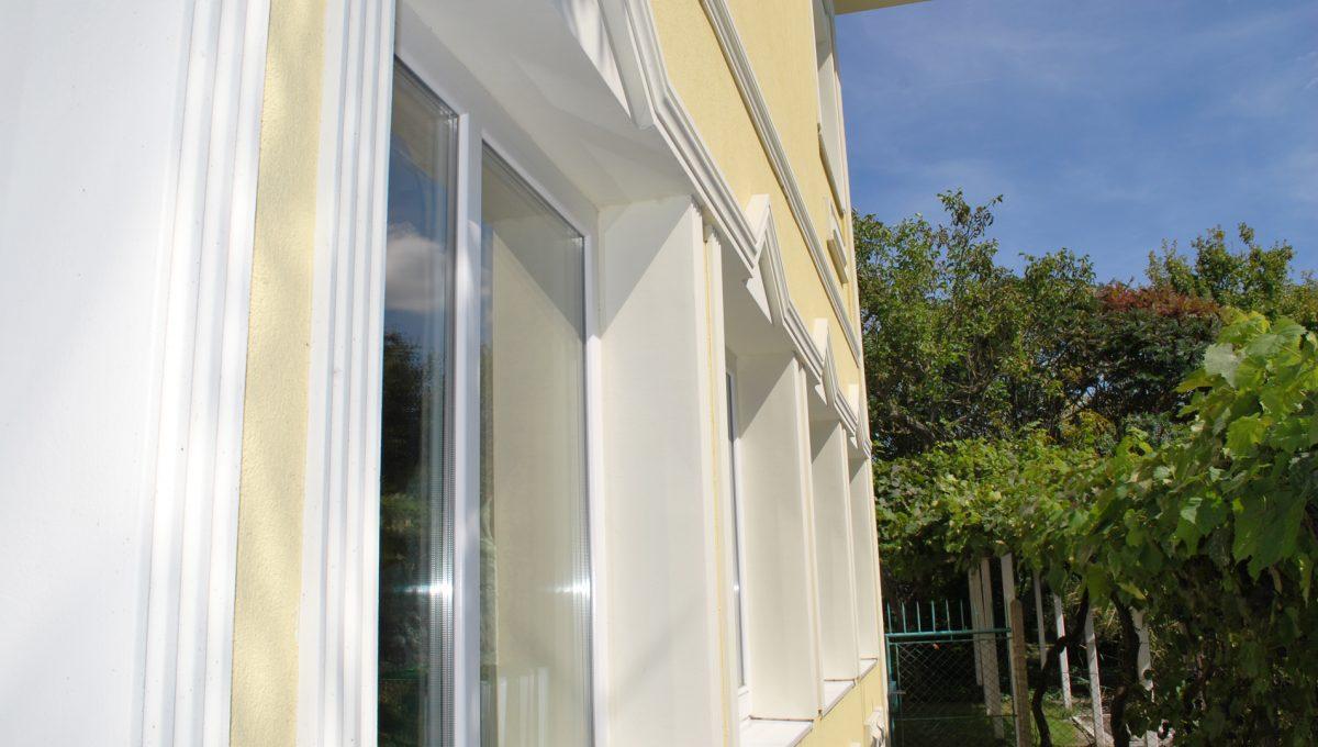 Olca 06 okres Komarno velka rodinna vila s velkym pozemkom a jazierkom pohlad na fasadu vily s oknami