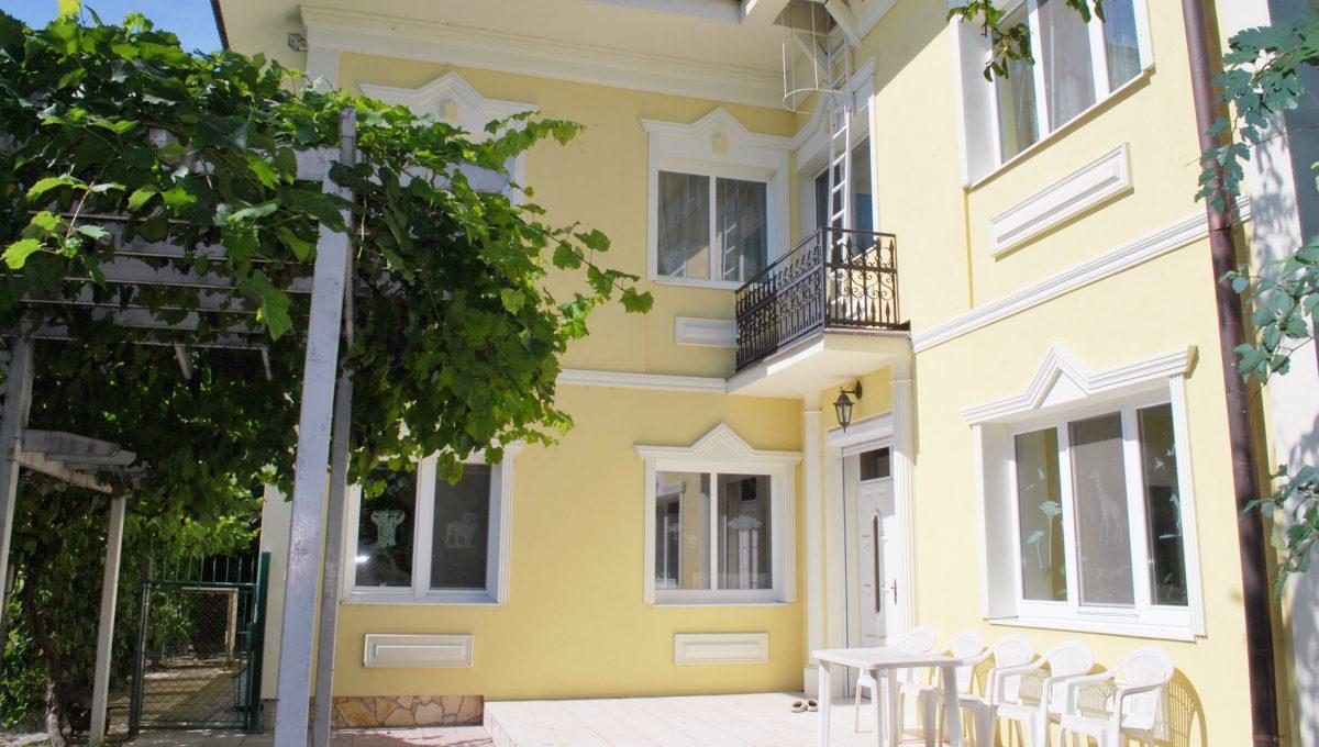 Olca 07 okres Komarno velka rodinna vila s velkym pozemkom a jazierkom pohlad na terasu a balkon orientovanymi smerom na jazierko