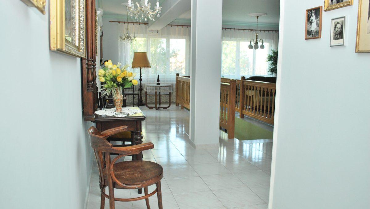 Olca 11 okres Komarno velka rodinna vila s velkym pozemkom a jazierkom cast chodby a spolocenskeho priestoru na poschodi