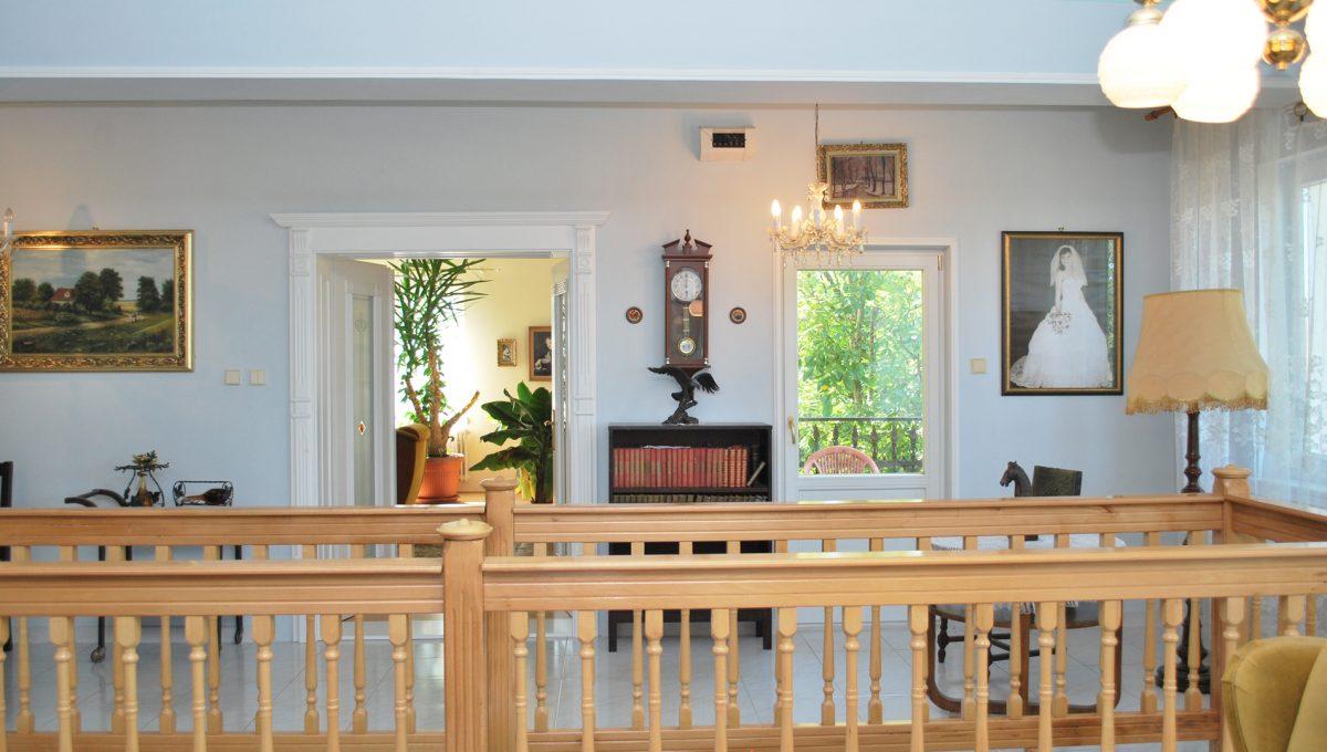 Olca 12 okres Komarno velka rodinna vila s velkym pozemkom a jazierkom pohlad na zabradlie okolo schodiska a priestor vacsej izby a vystup na balkon zo spolocenskej miestnosti na poschodi