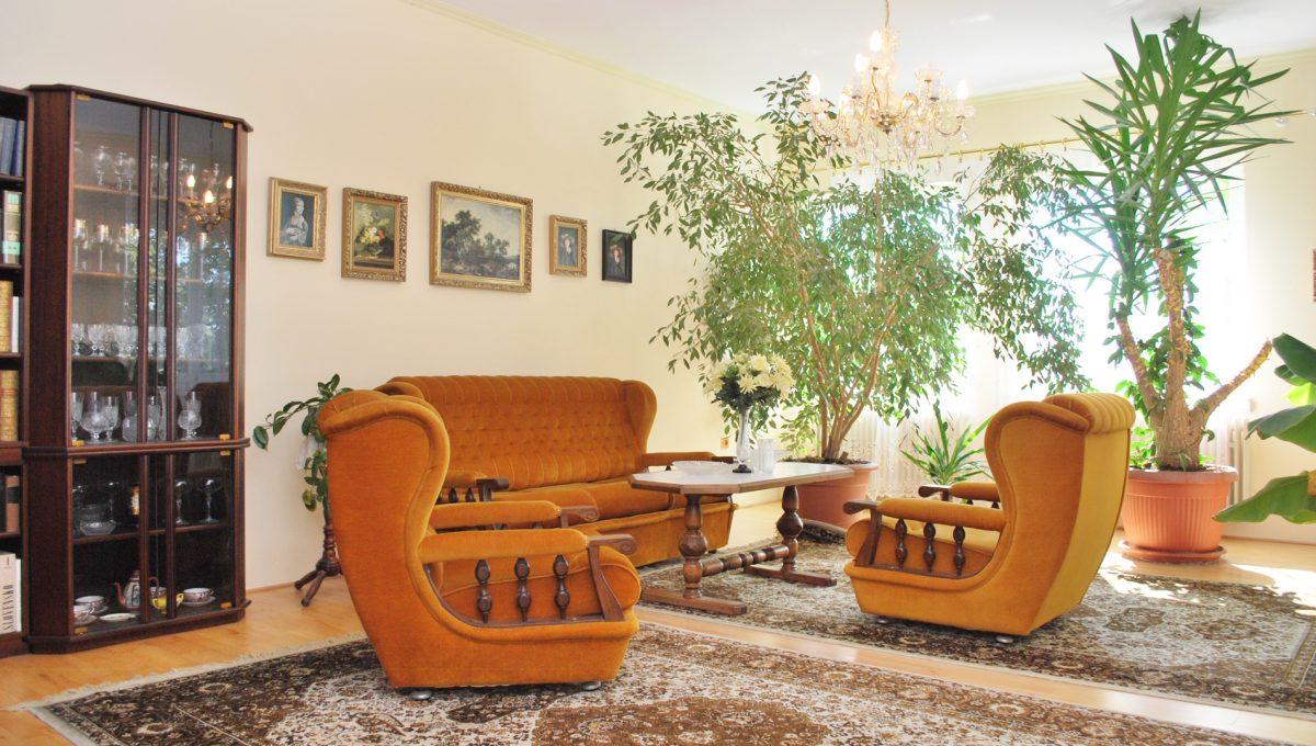 Olca 14 okres Komarno velka rodinna vila s velkym pozemkom a jazierkom obyvacia izba na poschodi so sedacou supravou