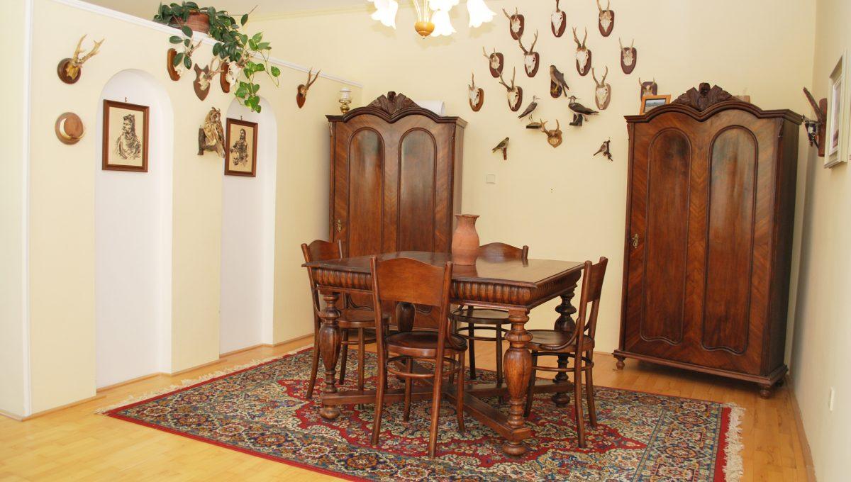 Olca 16 okres Komarno velka rodinna vila s velkym pozemkom a jazierkom pracovna na poschodi predelena prieckou od spalnovej casti tejto vacsej miestnosti