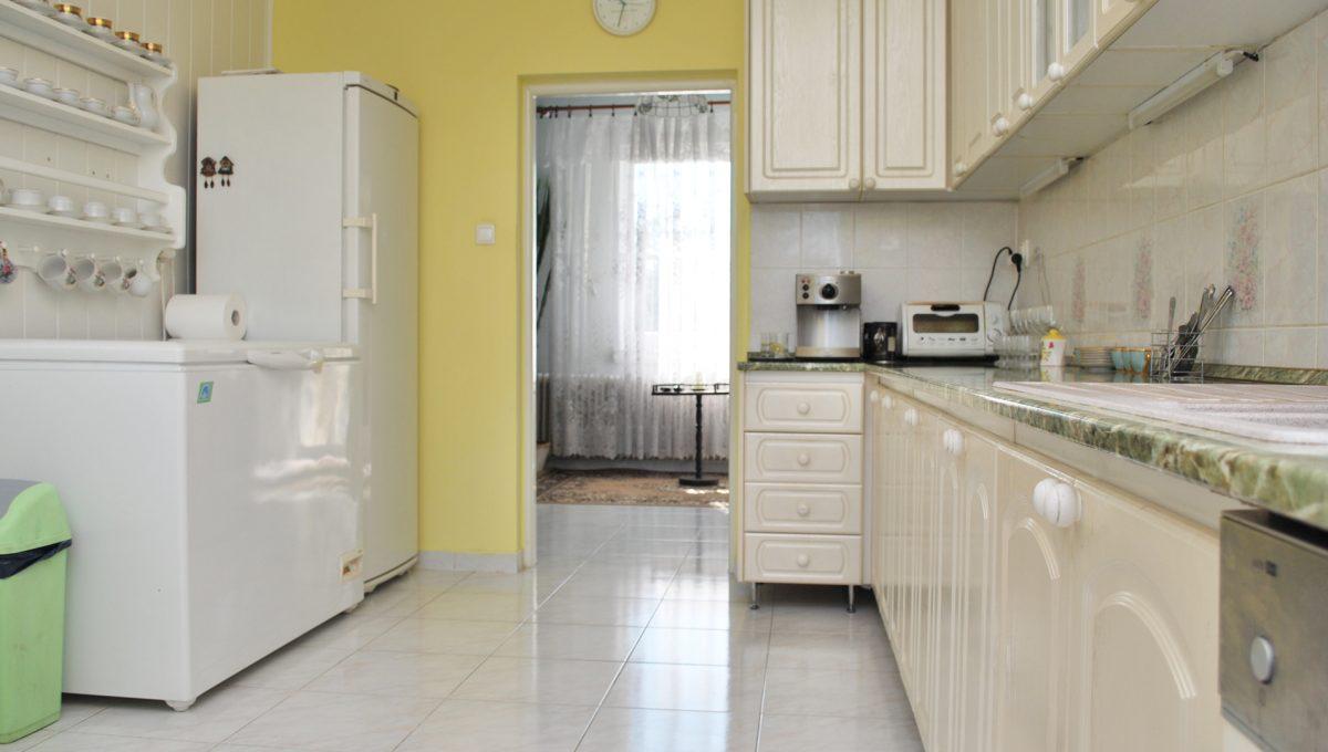 Olca 18 okres Komarno velka rodinna vila s velkym pozemkom a jazierkom pohlad od okna kuchyna na poschodi s kompletne vybavenou kuchynskou linkou a zariadenim