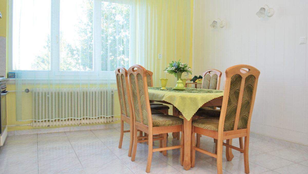 Olca 21 okres Komarno velka rodinna vila s velkym pozemkom a jazierkom pohlad na jedalensku cast v kuchyni na poschodi
