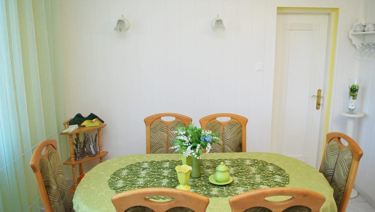Olca 22 okres Komarno velka rodinna vila s velkym pozemkom a jazierkom pohlad na jedalensku cast a vstup do komory v kuchyni na poschodi