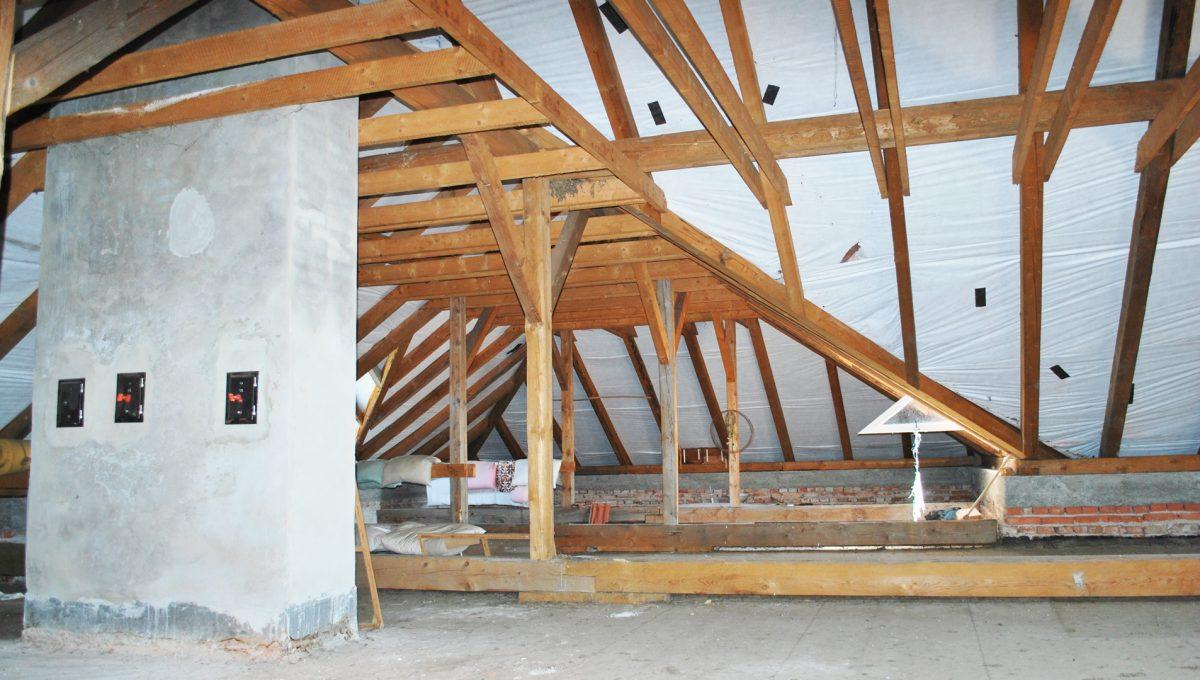 Olca 26 okres Komarno velka rodinna vila s velkym pozemkom a jazierkom pohlad na velky priestor kominy a tramy v podkrovi