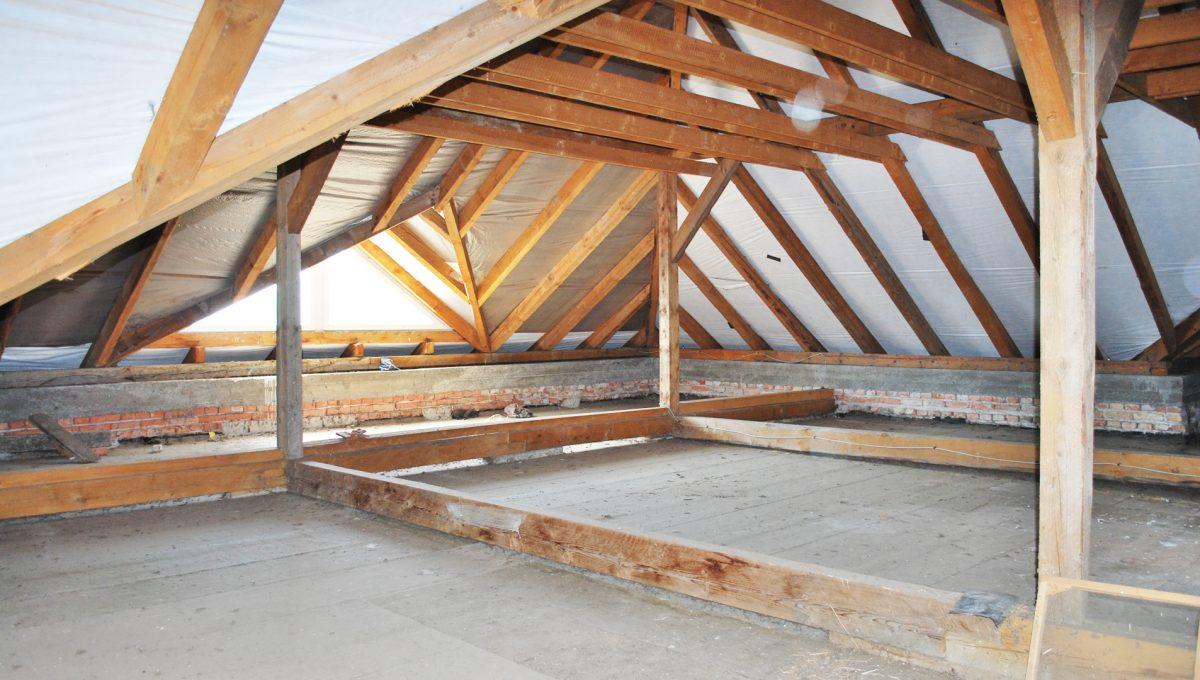 Olca 27 okres Komarno velka rodinna vila s velkym pozemkom a jazierkom pohlad na priestor a tramy v podkrovi