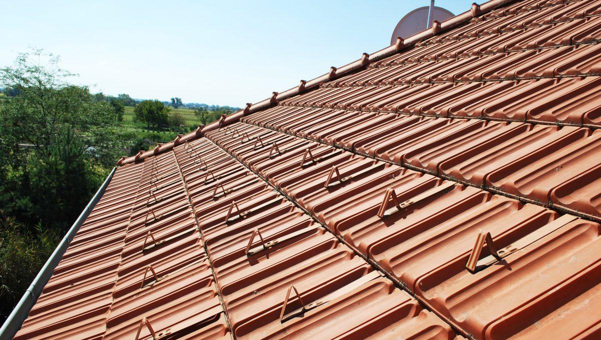 Olca 31 okres Komarno velka rodinna vila s velkym pozemkom a jazierkom pohlad zo stresneho okna na strechu a skridle