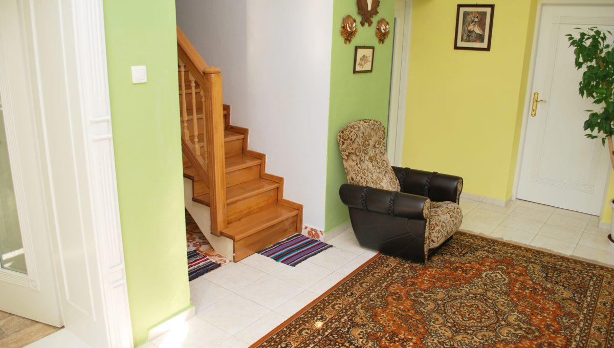 Olca 32 okres Komarno velka rodinna vila s velkym pozemkom a jazierkom pohlad na druhe schodisko so vstupom do spolocenskej miestnosti na prizemi a spalne