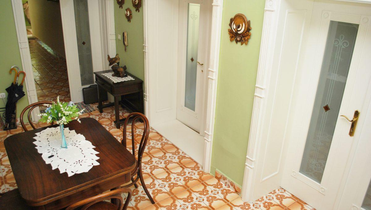 Olca 38 okres Komarno velka rodinna vila s velkym pozemkom a jazierkom pohlad zo schodiska na vstupnu miestnost domu s dverami do velkej spolocenskej miestnosti