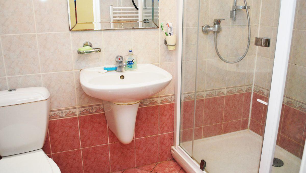 Olca 43 okres Komarno velka rodinna vila s velkym pozemkom a jazierkom mensia kupelna na prizemi so sprchovym kutom a toaletou