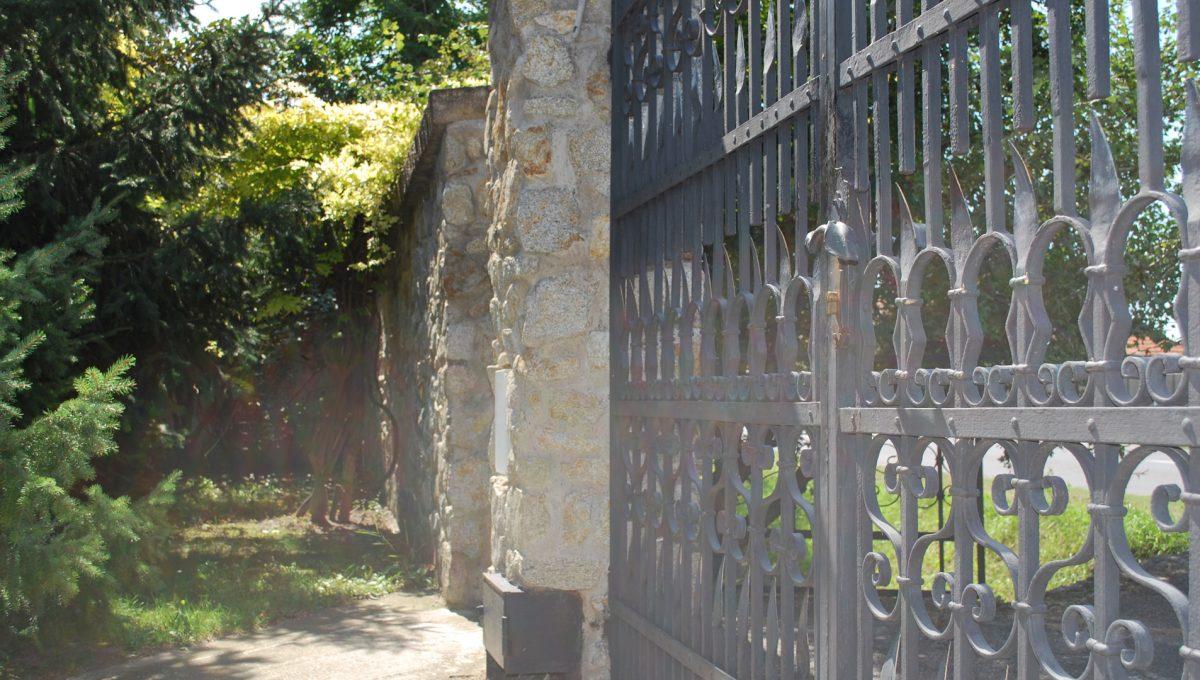 Olca 56 okres Komarno velka rodinna vila s velkym pozemkom a jazierkom kamenny mur s kovanou vstupnou branou oddeluje vilu a jej pozemok od cesty