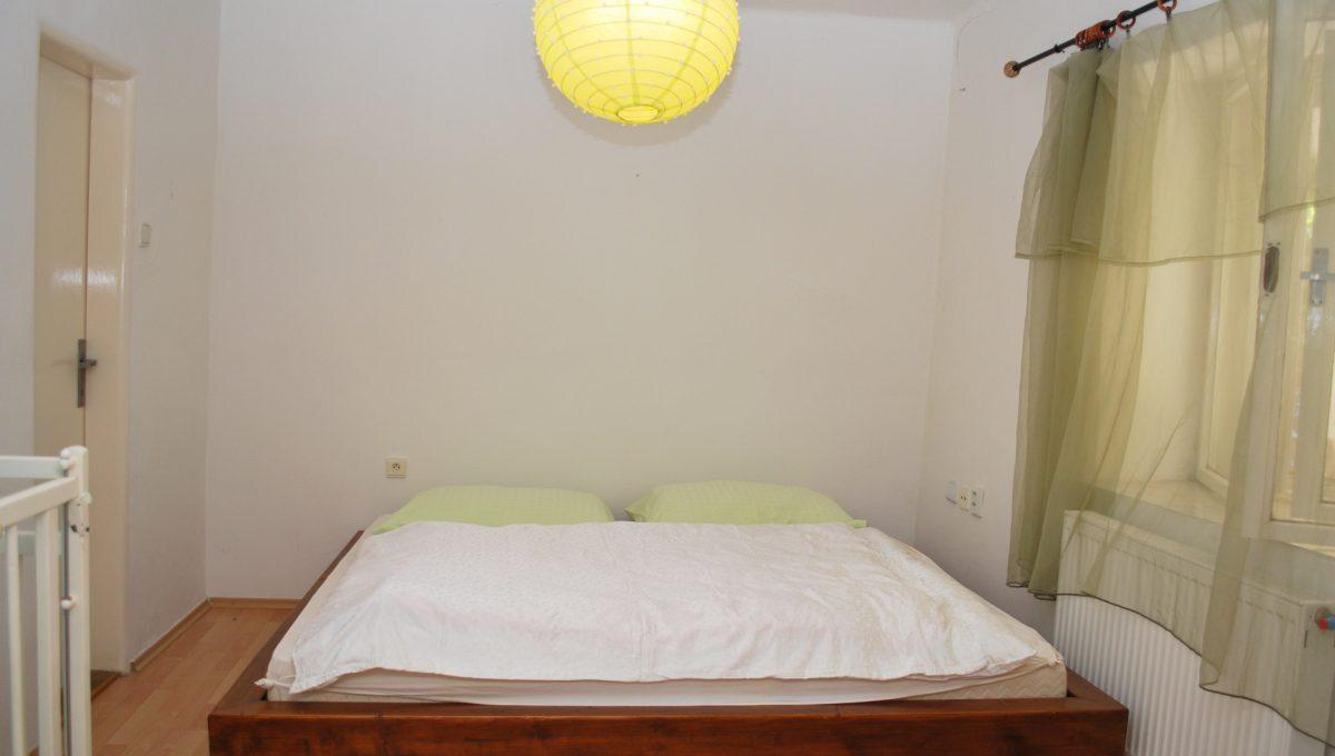Olca 60 okres Komarno velka rodinna vila s velkym pozemkom a jazierkom pohlad na spalnu apartmanoveho domceka s tromi apartmanmi