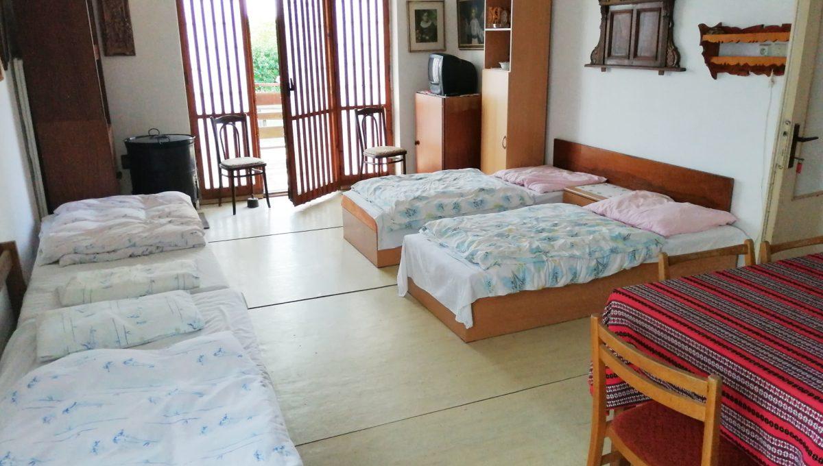 Patince 08 vacsia izba pohlad od kuchyne na vystup na terasu a pozemok ubytovne s osmimi izbami