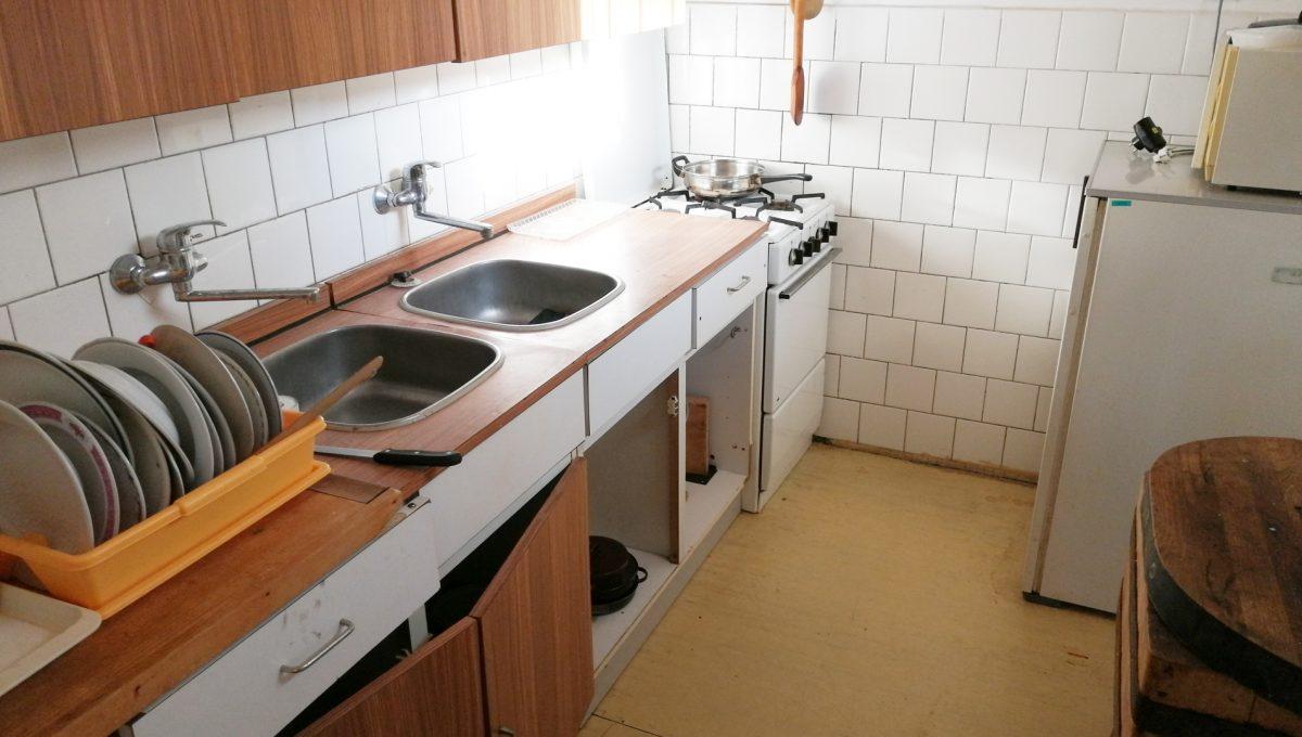 Patince 10 pohlad na kuchynu vacsej izby na spodnom podlazi ubytovne s osmimi izbami
