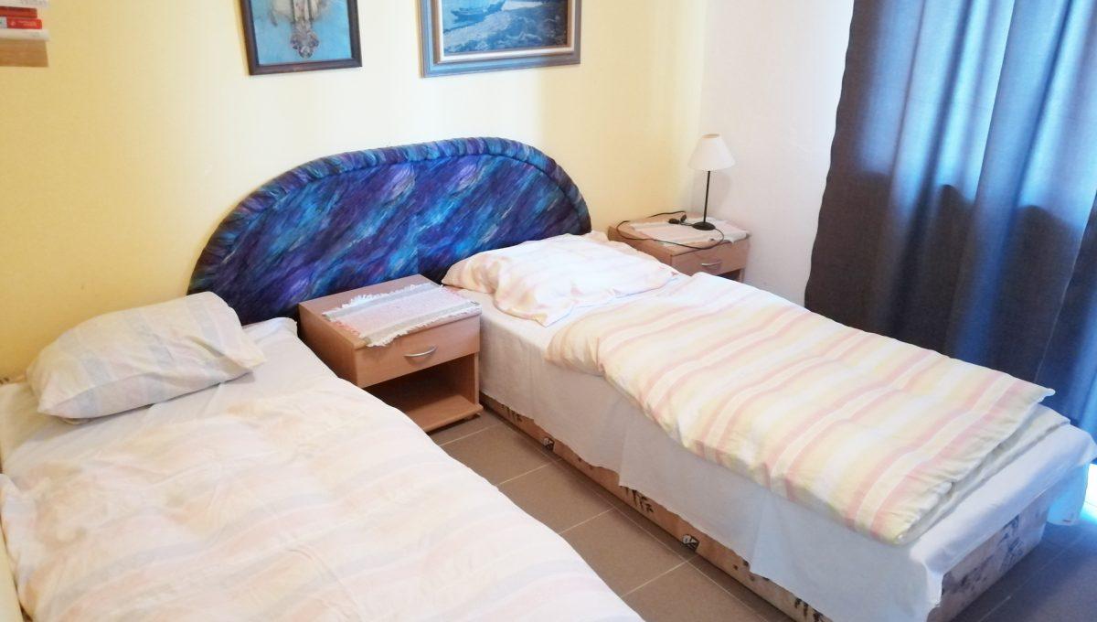 Patince 11 mensia izba s dvomi lozkami a balkonom v ubytovni s osmimi izbami