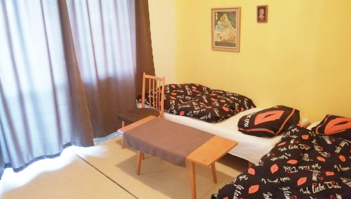 Patince 12 mensia izba s dvomi lozkami a balkonom v ubytovni s osmimi izbami