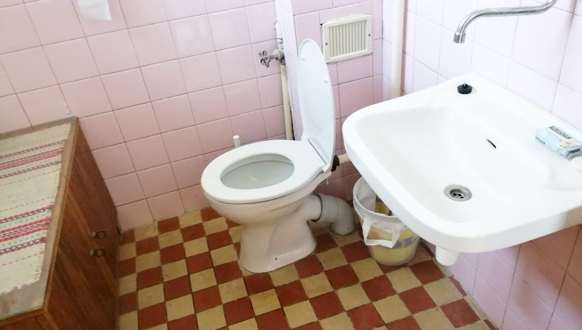 Patince 13 toaleta wc na spodnom podlazi ubytovne s osmimi izbami