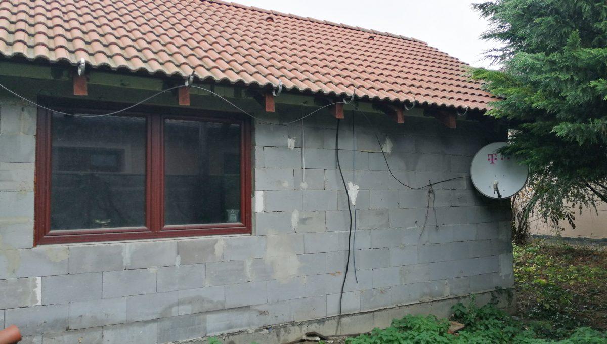 Podunajske Biskupice 02 Bratislava zahrada bocny pohlad na dom pristavany k podpivnicenej zahradnej chatke