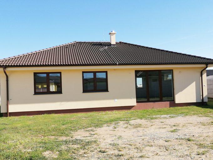 Reca-01-RG-4-izbovy-rodinny-dom-novostavba-holodom-pohlad-na-dom-zo-zapadnej-strany-s-peknym-pozemkom