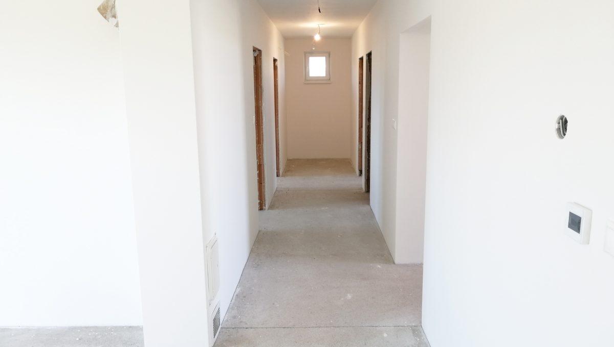 Reca 06 RG 4 izbovy rodinny dom novostavba holodom pohlad na cast obyvacej izby a chodbu so vstupmi do dalsich miestnosti