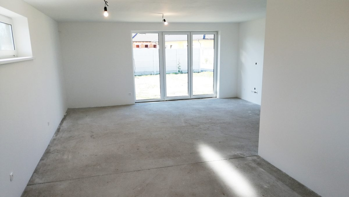 Reca 07 RG 4 izbovy rodinny dom novostavba holodom pohlad z kuchyne na priestor kuchyne jedalne a obyvacej izby s vystupom na pozemok