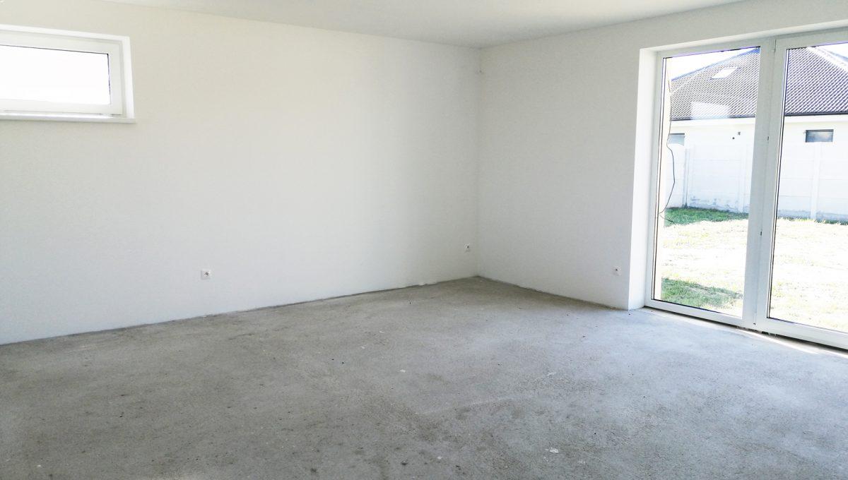 Reca 08 RG 4 izbovy rodinny dom novostavba holodom pohlad na cast obyvacej izby s vystupom na pozemok