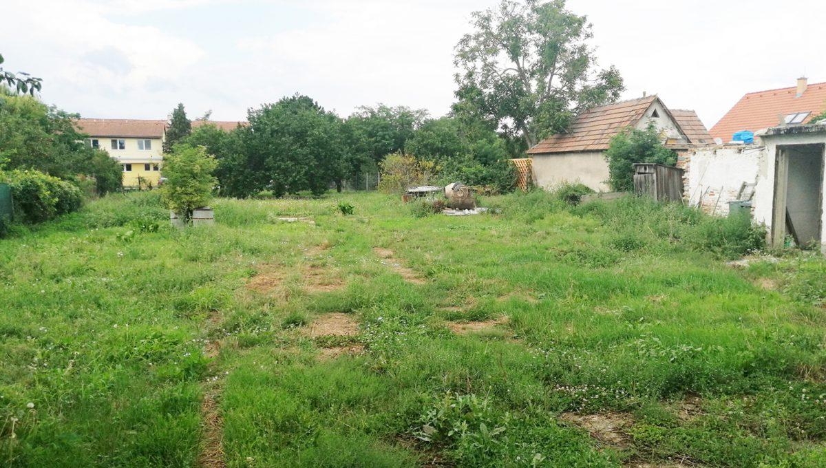 Rovinka 01 Okruzna pozemok s rozlohou 1917 m2 pohlad z ulice a od domu