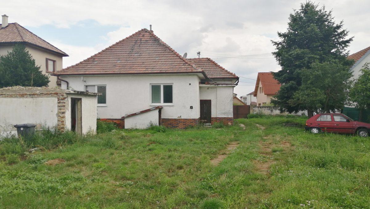 Rovinka 03 Okruzna pozemok s rozlohou 1917 m2 pohlad z pozemku na starsi 3 izbovy rodinny dom
