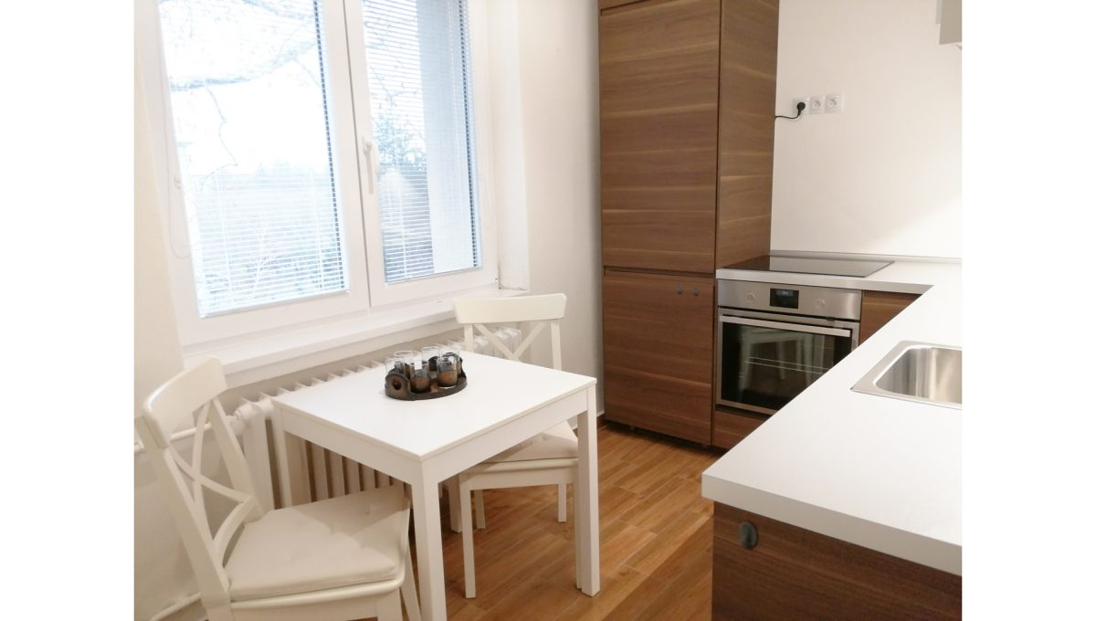 Ruzinov 05 Raketova Bratislava 3 izbovy byt na prenajom pohlad na kuchynu zariadenu kuchynskou linkou so spotrebicmi a sedenim