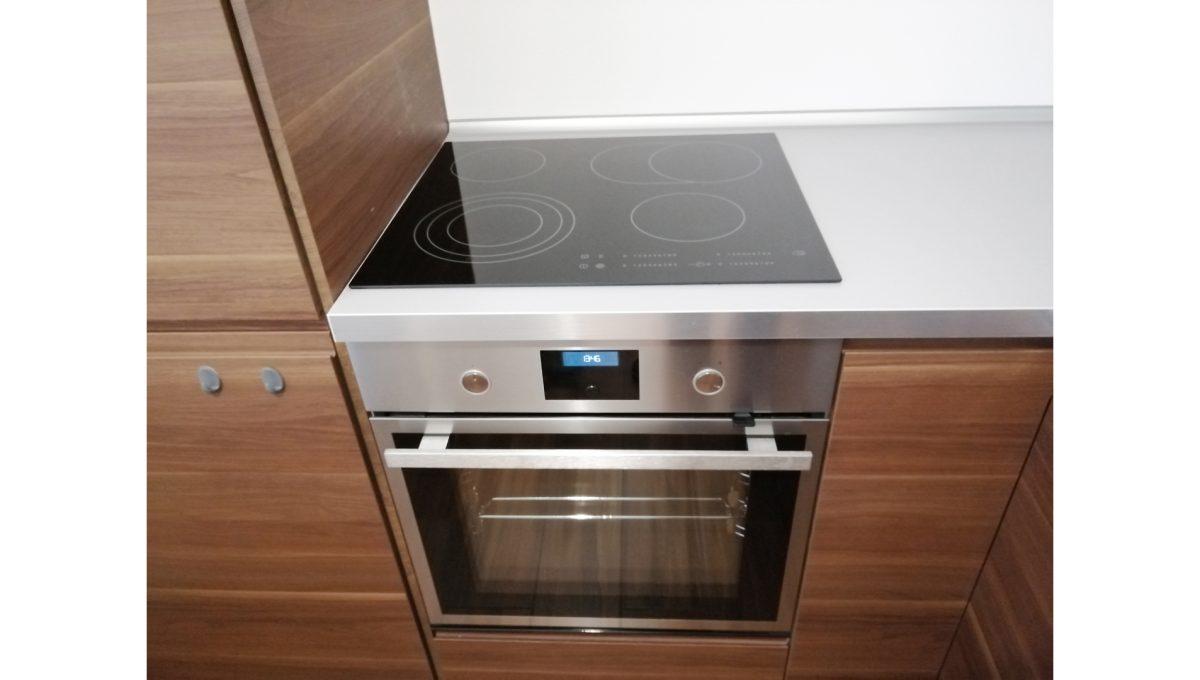 Ruzinov 06 Raketova Bratislava 3 izbovy byt na prenajom pohlad na kuchynsku linku zariadenu spotrebicmi