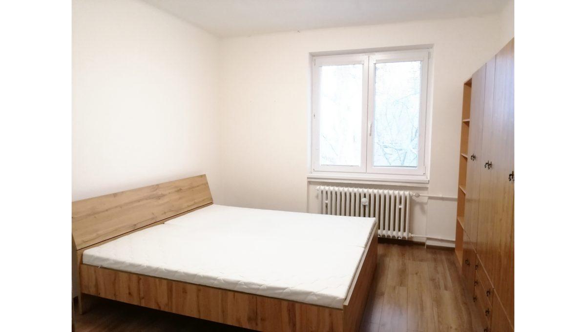 Ruzinov 07 Raketova Bratislava 3 izbovy byt na prenajom pohlad na zariadenu spalnu s velkou postelou