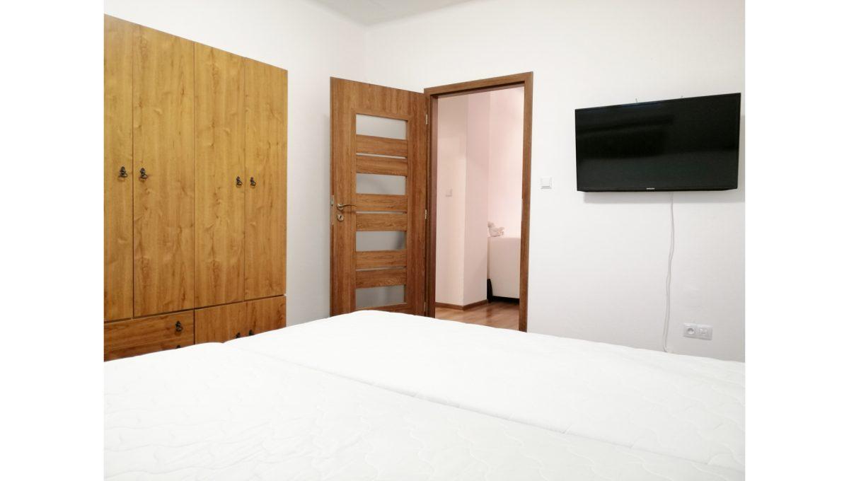 Ruzinov 08 Raketova Bratislava 3 izbovy byt na prenajom pohlad na zariadenu spalnu so vstupom do izby