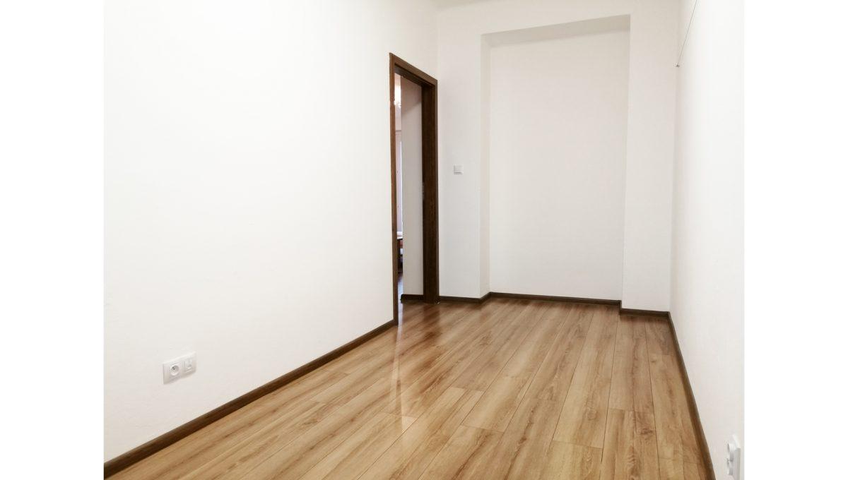Ruzinov 09 Raketova Bratislava 3 izbovy byt na prenajom pohlad na nezariadenu izbu a vstup do izby
