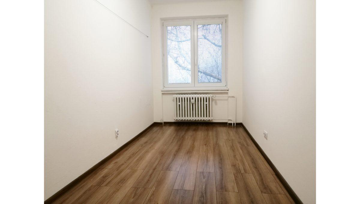 Ruzinov 10 Raketova Bratislava 3 izbovy byt na prenajom pohlad na nezariadenu izbu s oknom od vstupnych dveri