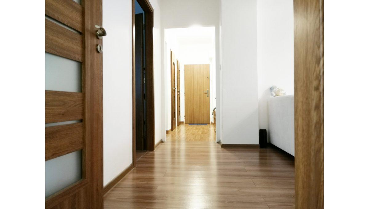 Ruzinov 11 Raketova Bratislava 3 izbovy byt na prenajom pohlad na chodbu bytu a cast obyvacej izby a vstupy do dalsich miestnosti