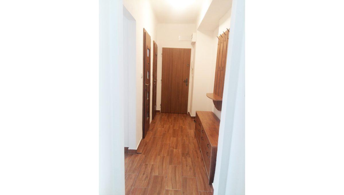 Ruzinov 12 Raketova Bratislava 3 izbovy byt na prenajom pohlad z obyvacej izby na chodbu so vstupom do bytu do dalsich miestnosti