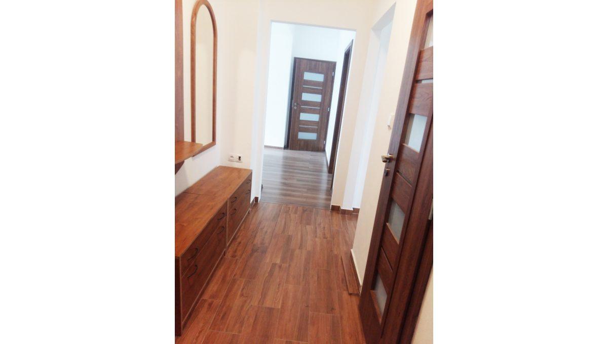 Ruzinov 13 Raketova Bratislava 3 izbovy byt na prenajom pohlad od vchodovych dveri na chodbu bytu a cast obyvacej izby