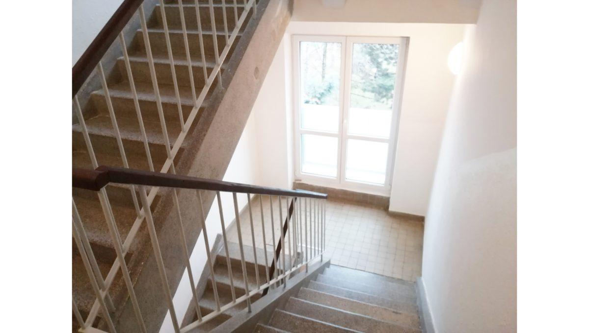 Ruzinov 16 Raketova Bratislava 3 izbovy byt na prenajom pohlad na schodisko bytoveho domu