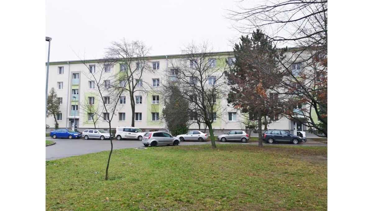 Ruzinov 17 Raketova Bratislava 3 izbovy byt na prenajom pohlad na bytovy dom zo strany ihriska