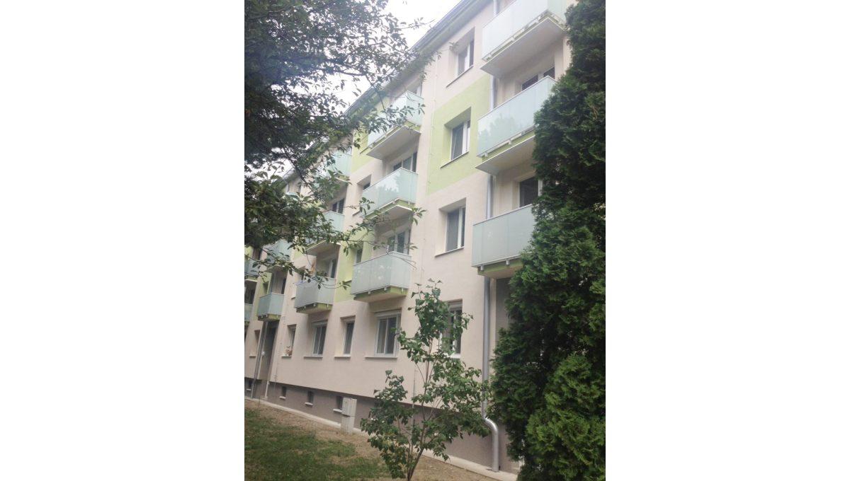 Ruzinov 18 Raketova Bratislava 3 izbovy byt na prenajom pohlad na budovu bytoveho domu s novymi balkonmi