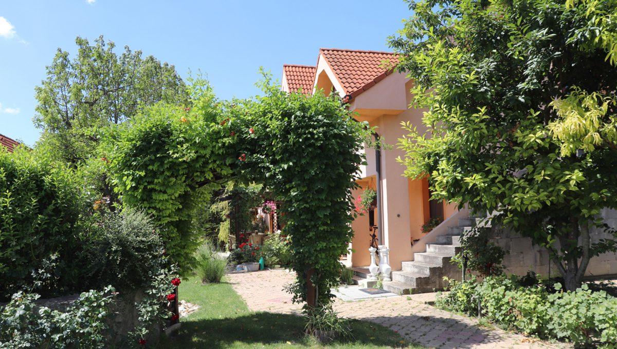 Samorin 05 Bratislavska ulica rodinny dom 5 izbovy pohlad na chodnik pri dome veduci do peknej zahrady