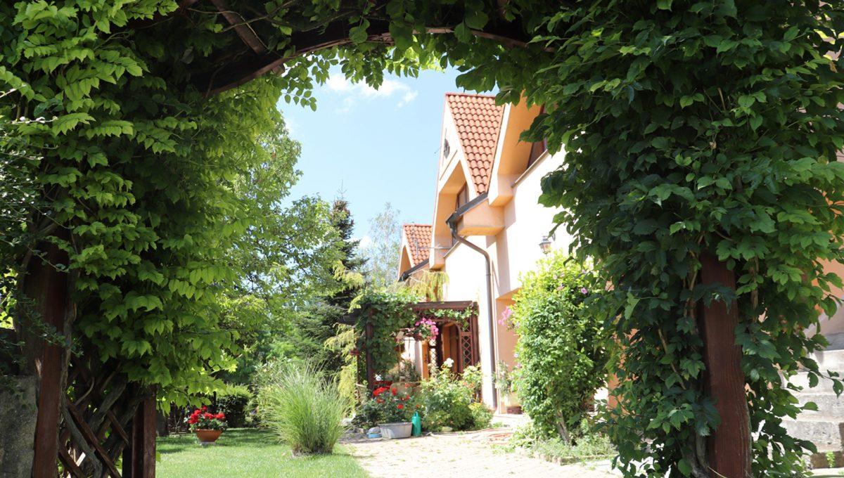 Samorin 06 Bratislavska ulica rodinny dom 5 izbovy pohlad na cast zahrady s terasou pri dome