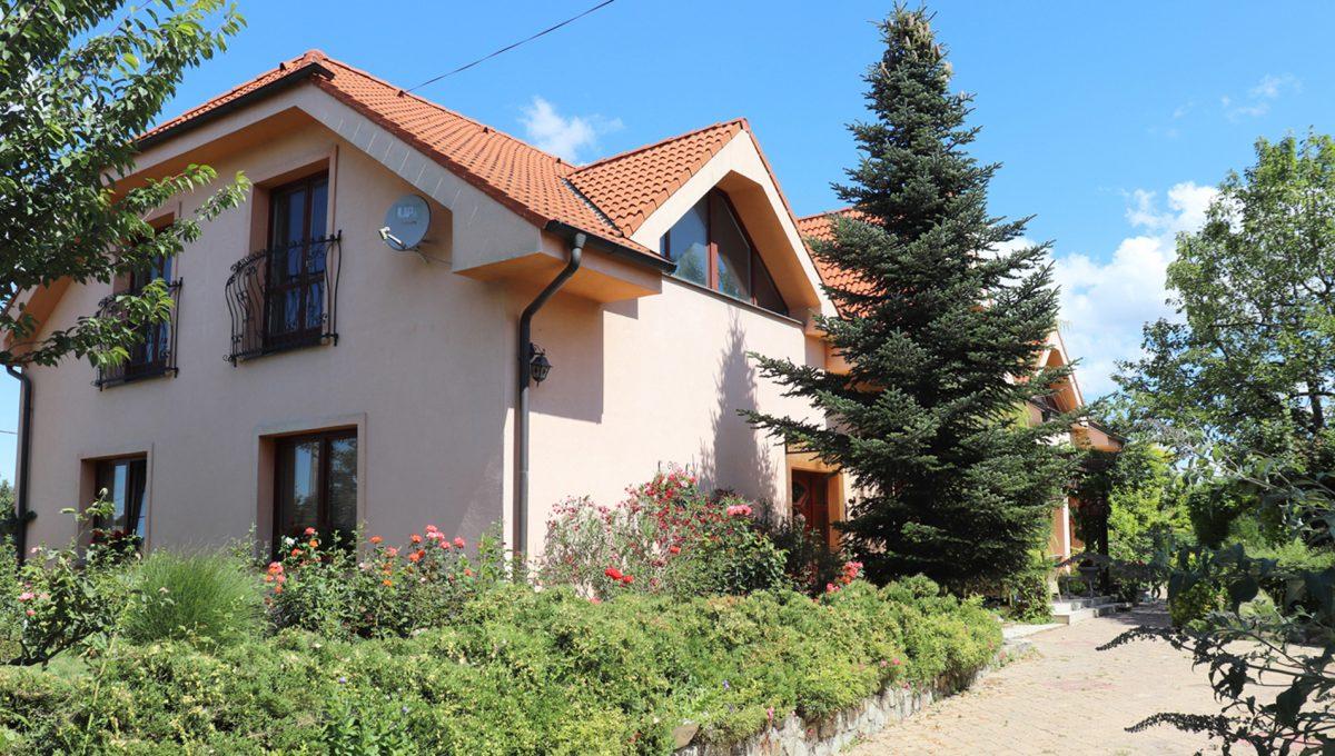 Samorin 12 Bratislavska ulica rodinny dom 5 izbovy pohlad na pristup do domu