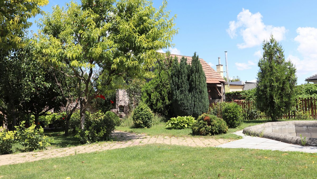 Samorin 24 Bratislavska ulica rodinny dom 5 izbovy pohlad na cast nedokonceneho bazena v zahrade